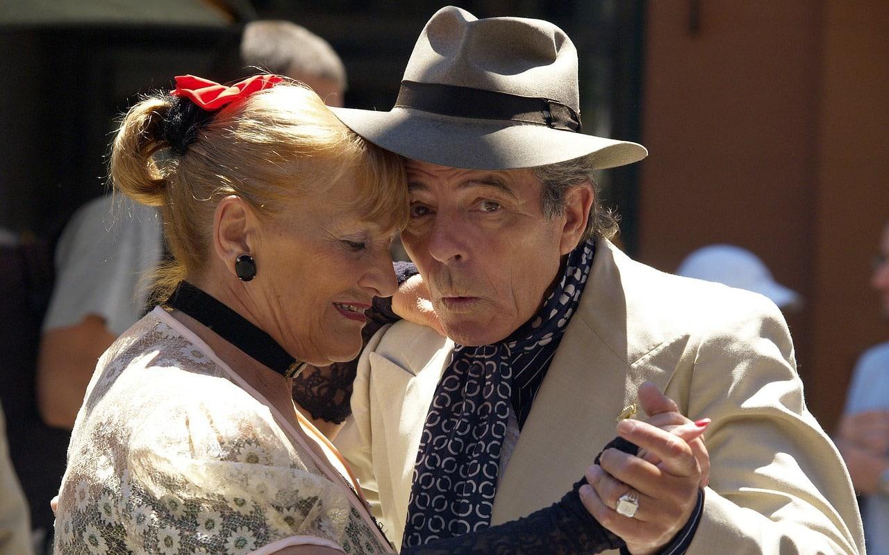 Glückliche Beziehung durch Rituale wie tanzen fördern