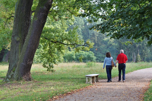 Beziehung Definition - Paar geht Hand in Hand spazieren