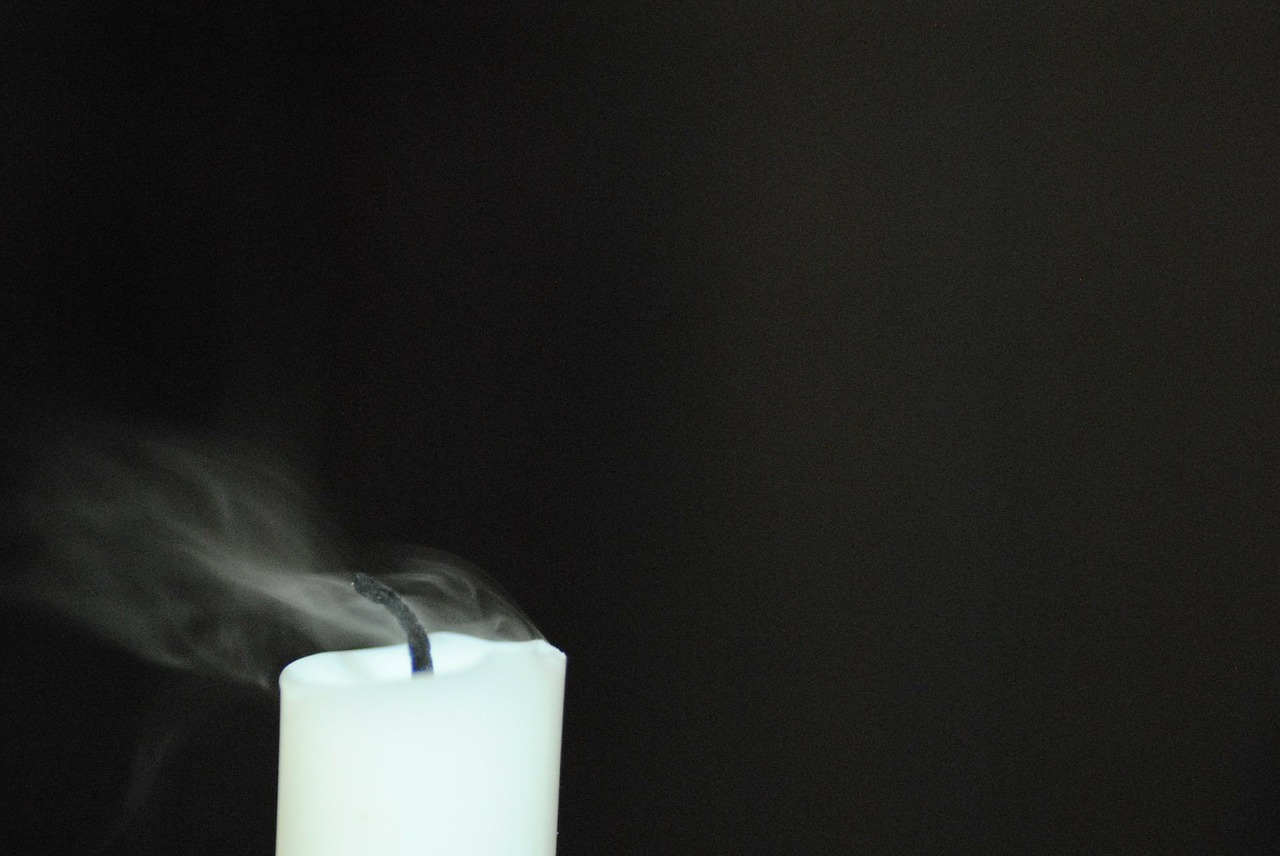 Beziehung ohne Liebe - erloschene Flamme einer Kerze