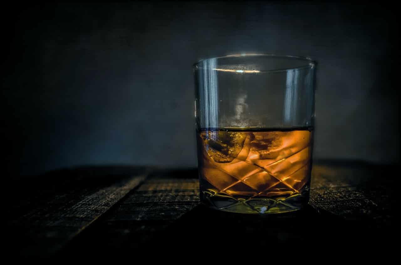 Verlustangst in einer Beziehung kann durch Alkoholismus der Eltern hervorgerufen werden