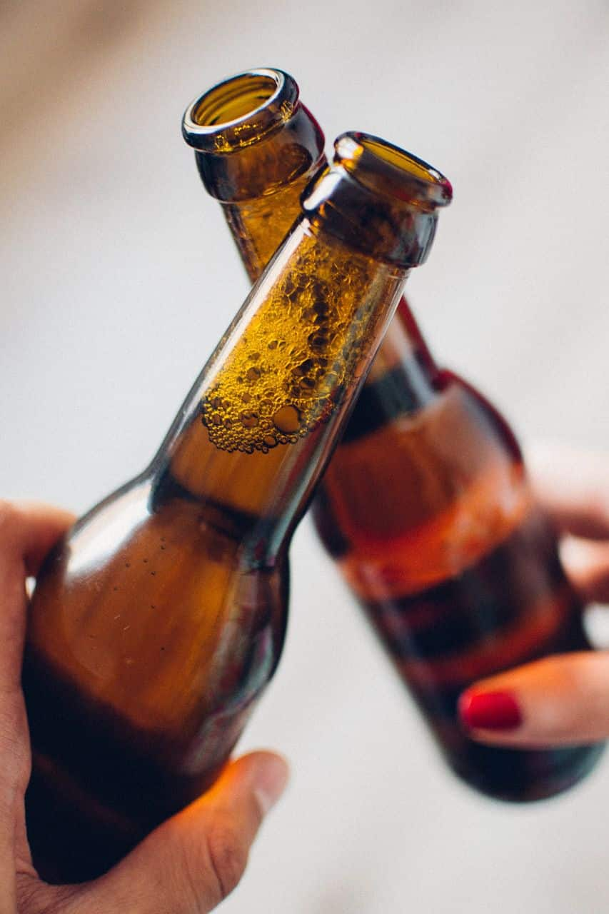 Lassen Sie sich von einem mann beim Bier öffnen helfen