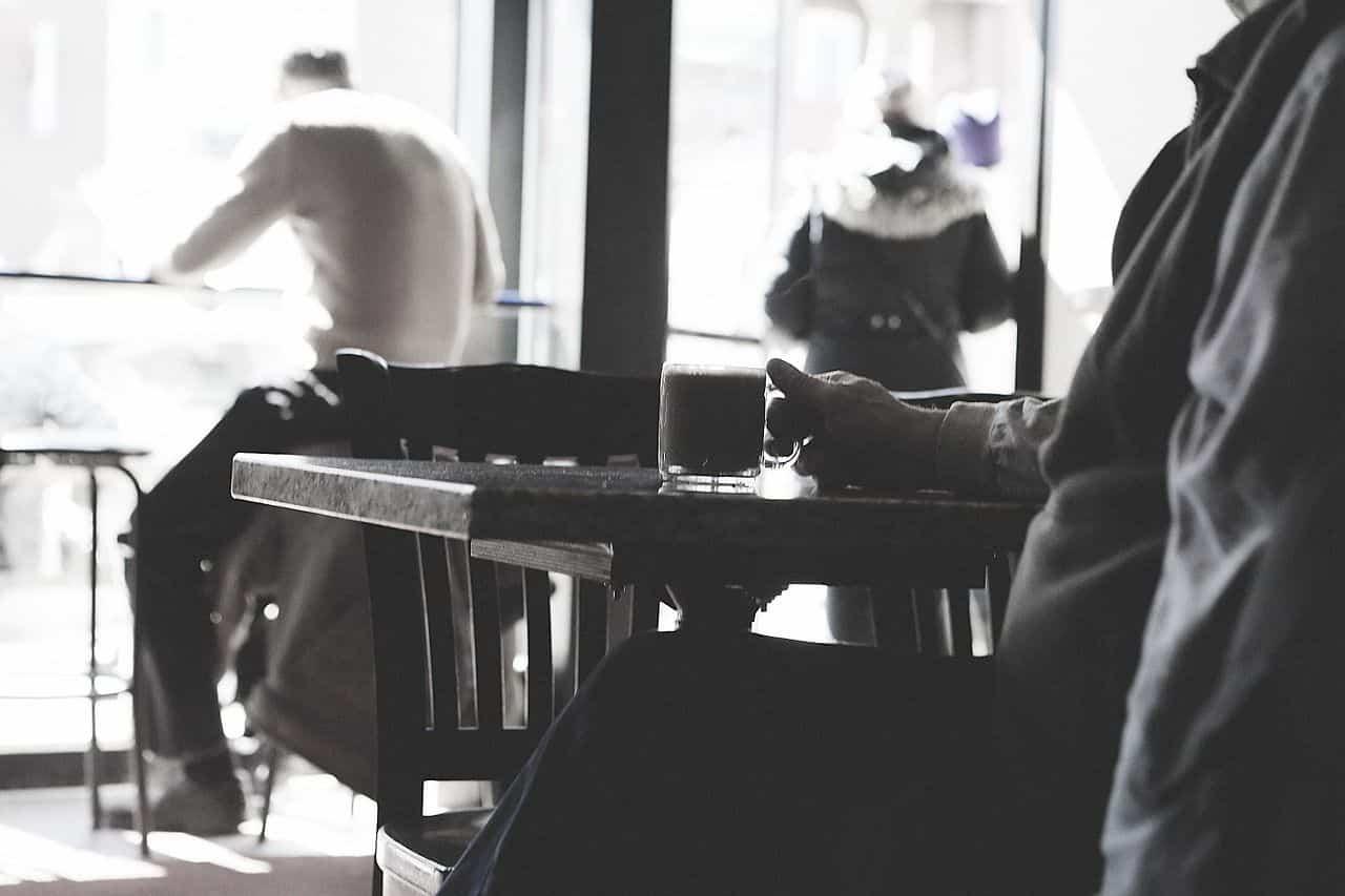 Nutzen Sie einen freien Platz in einem vollen Cafe