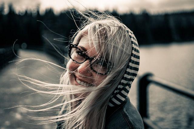Wir wirken attraktiver - blonde Frau