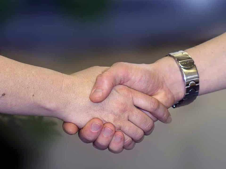 Erstes Date Begrüßung - Ein Handschlag ist nicht unbedingt die beste Art sich zu begrüßen