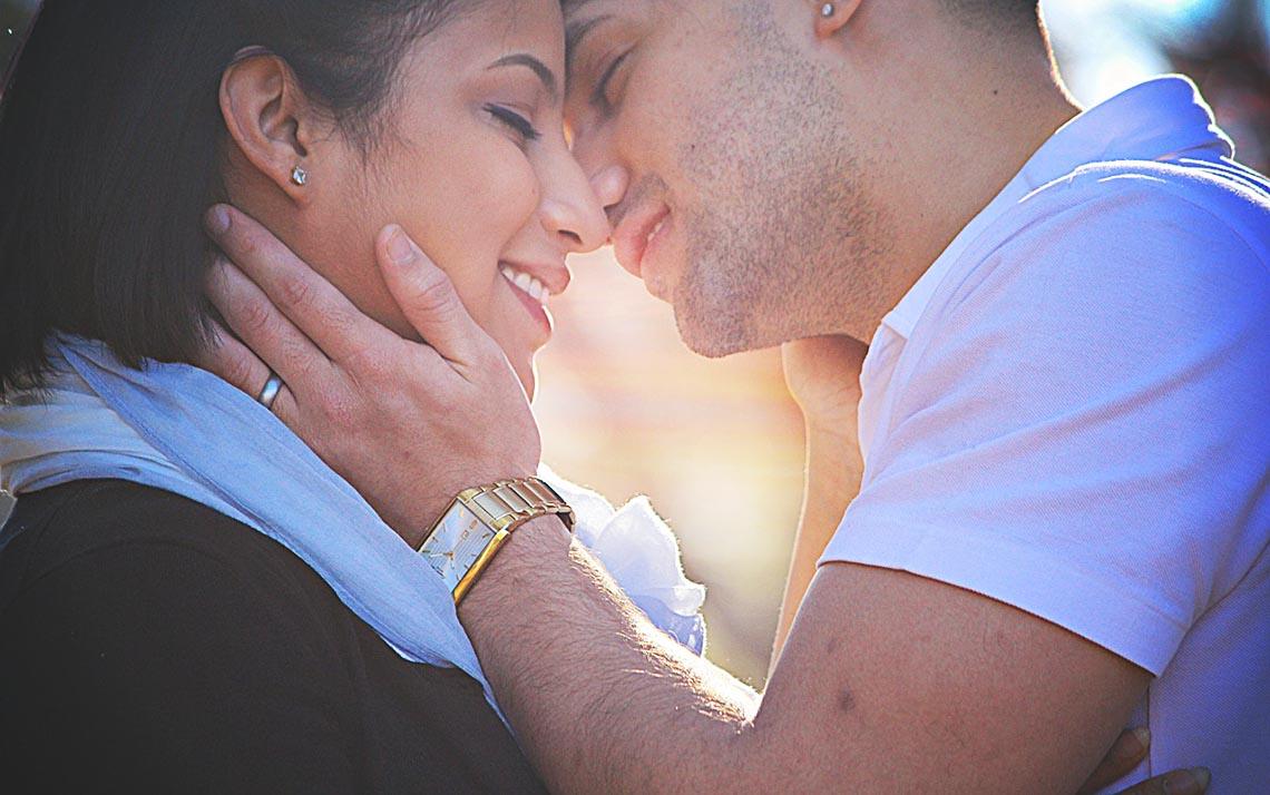 Frau nähert sich Mann an und Mann küsst die Frau