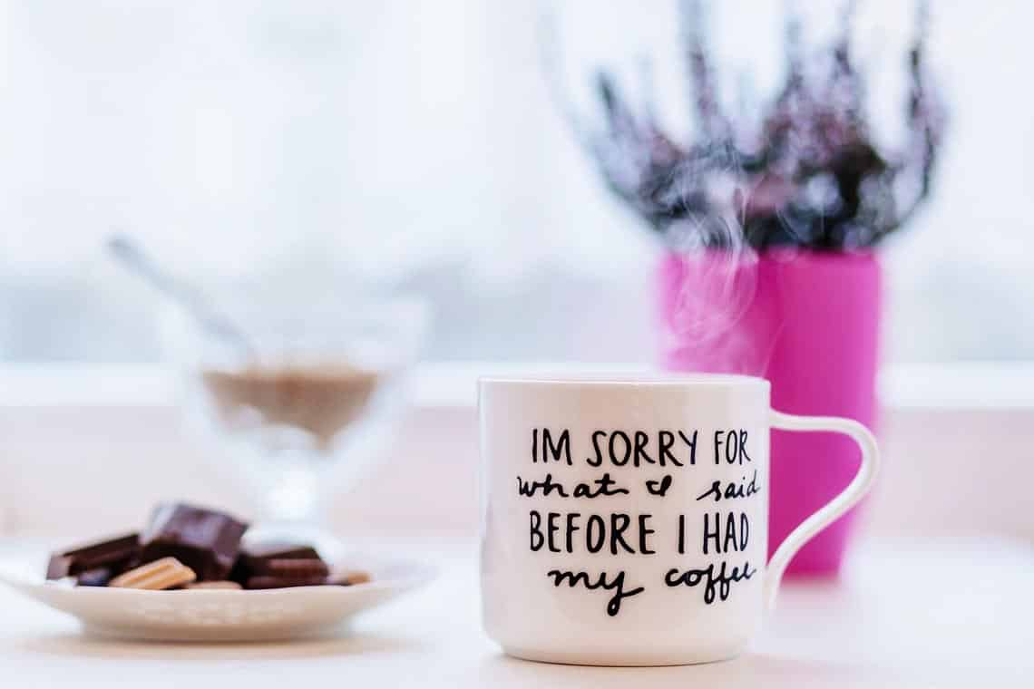 Kekse und Tasse mit der Aufschrift . Im sorry what I said before I had my coffee