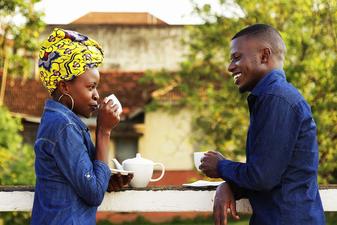 Schwarzer Mann hört Frau beim gemeinsamen Kaffeetrinken zu