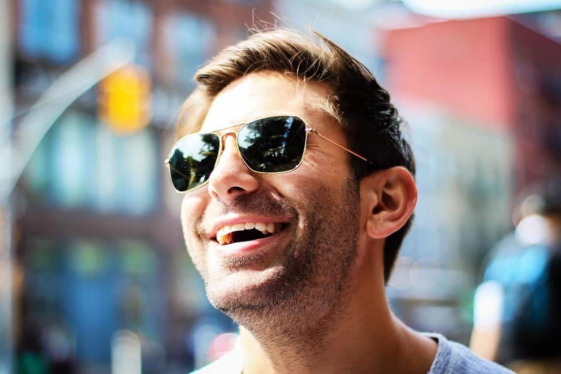 Mann gelassen mit Sonnenbrille - liebt er mich noch?