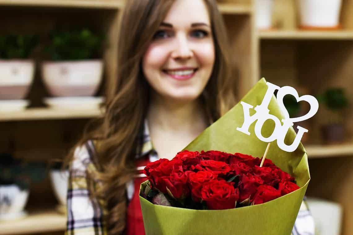 Frau bekommt Rosen geschenkt