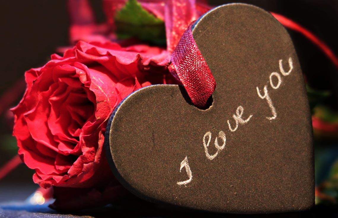 Holz-Herz mit I love you Schrift und Rose