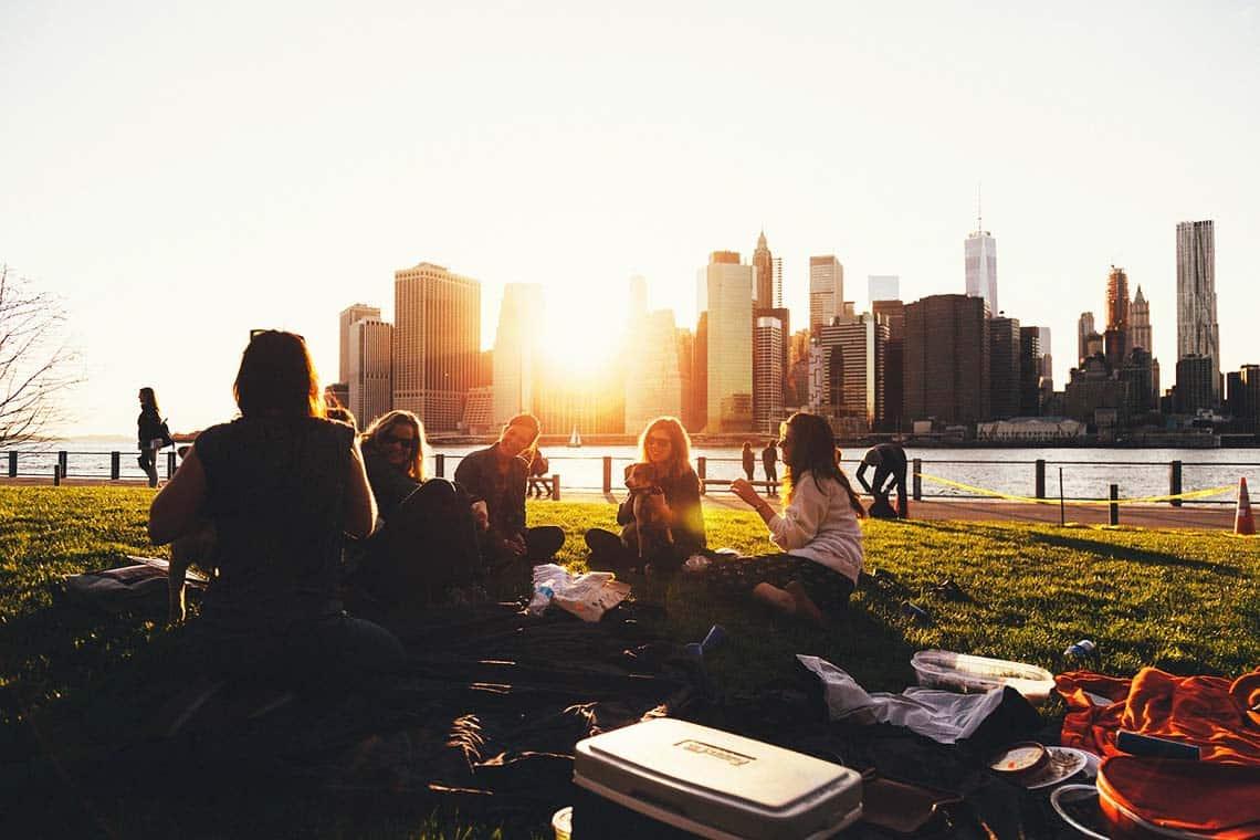 Freunde im Park vor Skyline