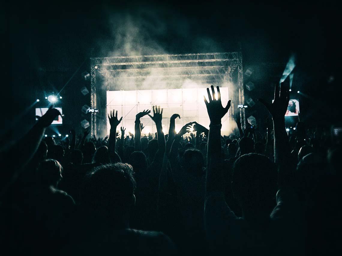 Sicht auf die Bühne vor einer großen Menschenmenge