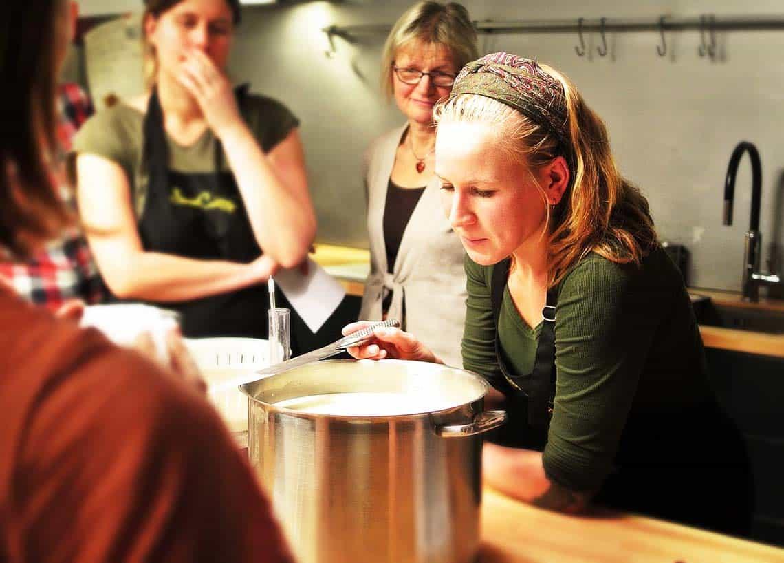 Frauen am Herd in einem Kochkurs