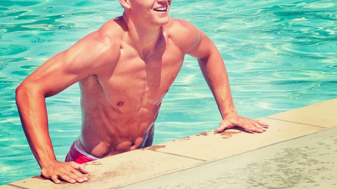Junger Mann an einem Schwimmbad Beckenrand