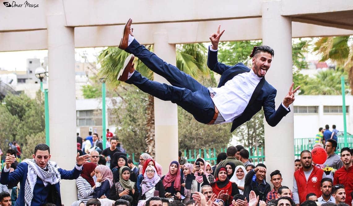 Mann fliegt nach bestandenem Uni-Abschluss nach oben