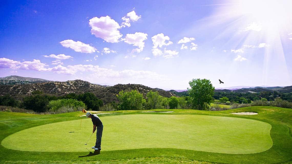 Mann auf einem Golfplatz