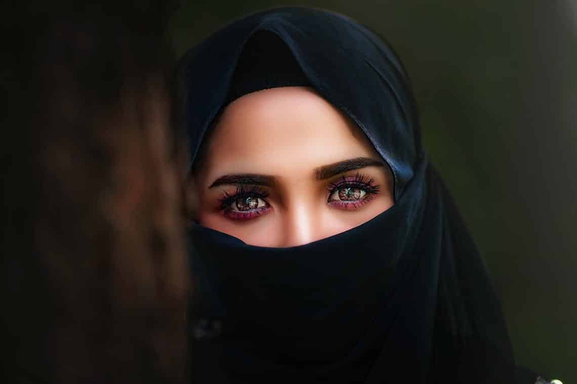 verschleierte Frau mit ausdrucksstarkem Blick