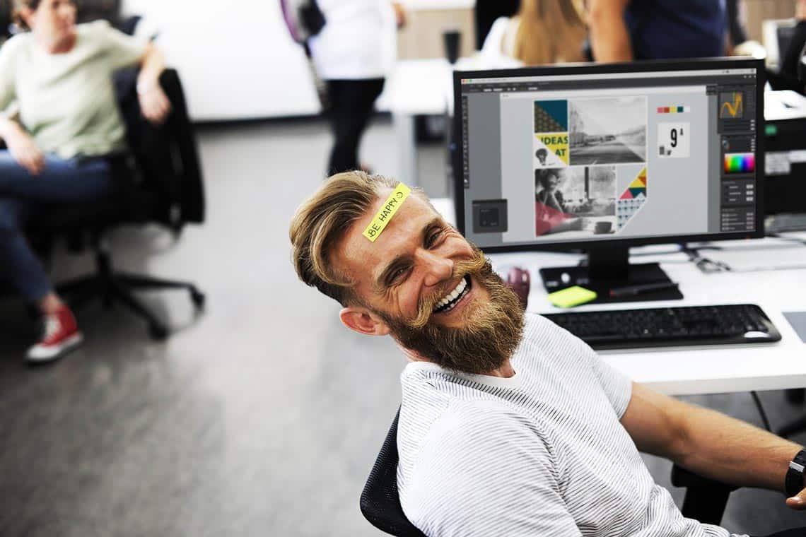 Mann mit Sticker be happy auf der Stirn