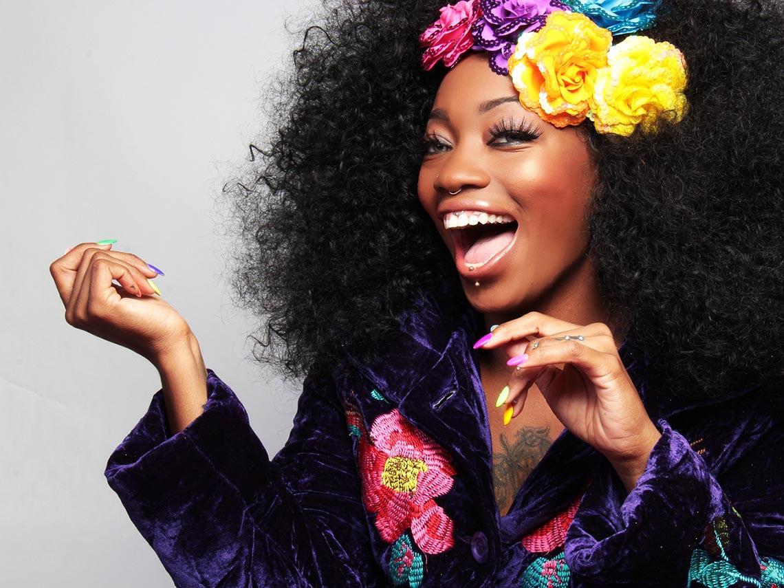 Fröhliche brasilianische Frau die Samba tanzt