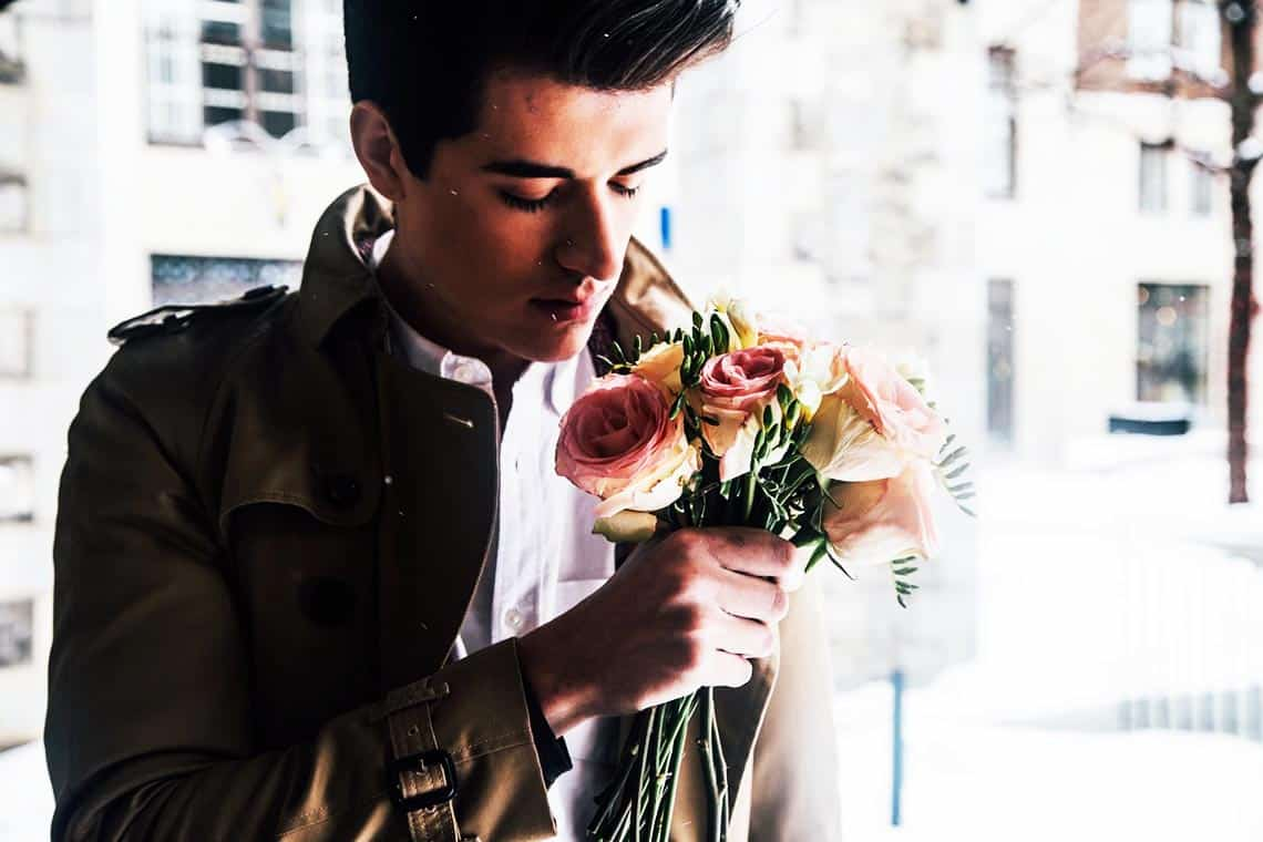 Mann mit Strauß Blumen in der Hand