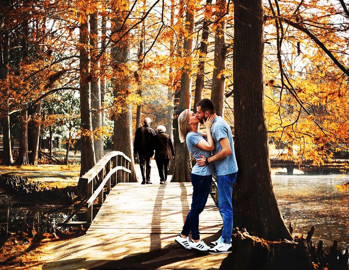 Jogger Paar küsst sich vor Park Brücke