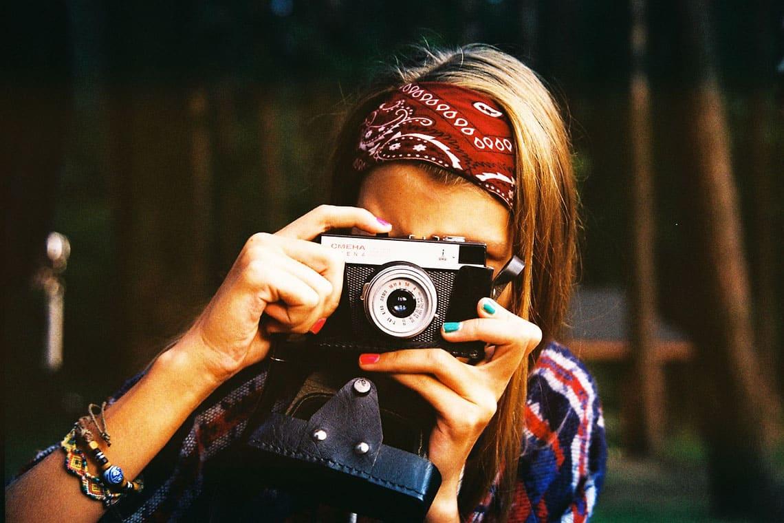 Hippie-Frau fotografiert den Fotografen