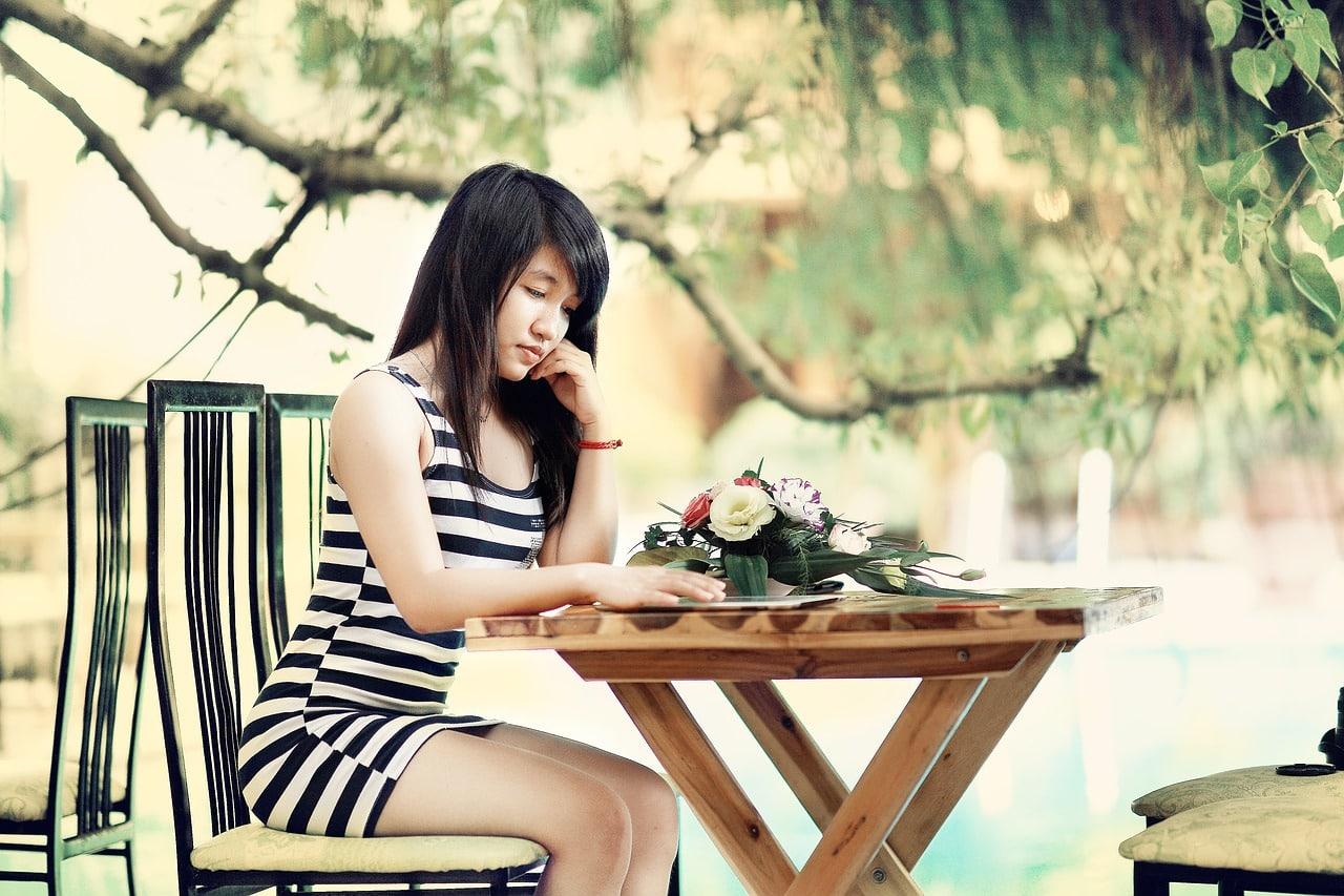 Frau erobern - Frau am Tisch