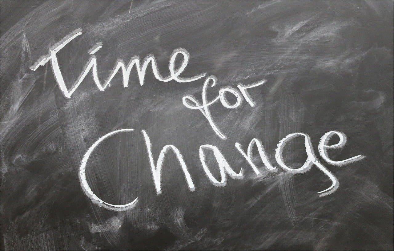 """""""Time for Change"""" Schriftzug auf einer Tafel"""