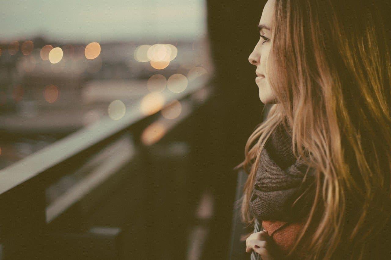 Frau denkt über Wünsche und Vorstellungen nach