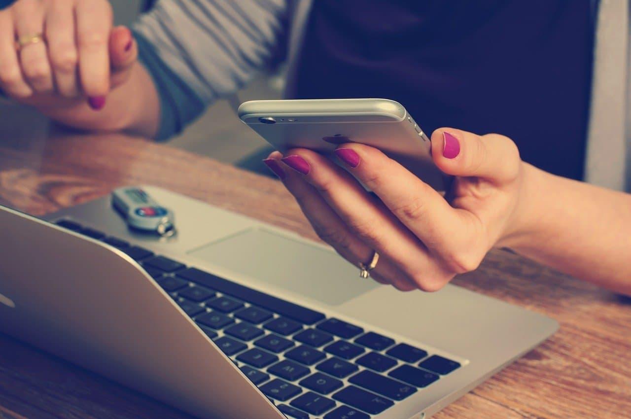 Kontrolle von Handy und Laptop
